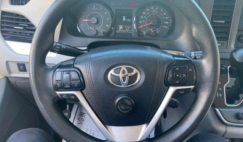 2017 Toyota Sienna LE Minivan full